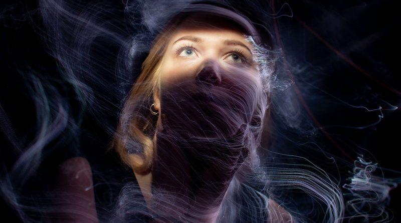 Woman Light Portrait Smoke Girl  - merlinlightpainting / Pixabay