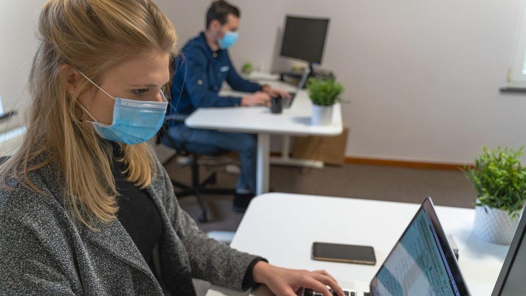 Woman Man Laptop Mask Desk Work - MaximeUtopix / Pixabay